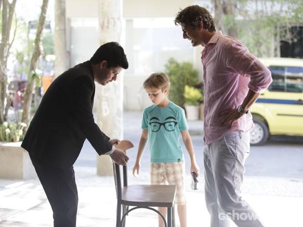 Preocupado, o funcionári odo restaurante ajuda Cadú a se sentar (Foto: Pedro Curi/TV Globo)