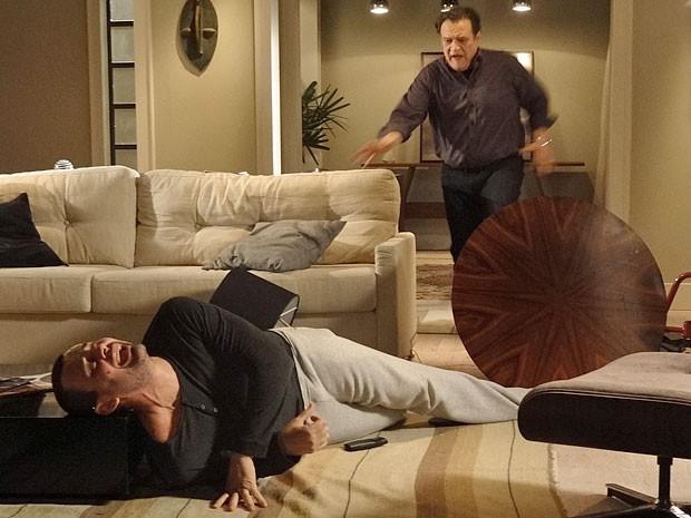 Dimas socorre Fernando que cai da cadeira ao tentar se levantar (Foto: Amor Eterno Amor/TV Globo)