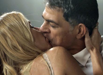 Lara beija à força, mas é humilhada