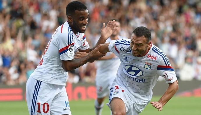 Alexandre Lacazette e Steed Malbranque gol lyon (Foto: AFP)