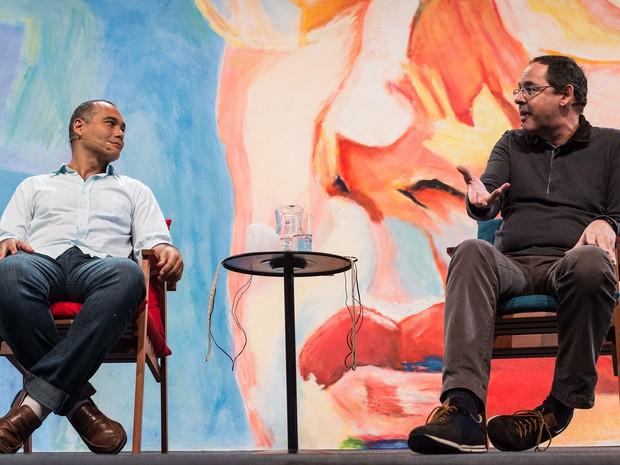 O neurocientista Sidarta Ribeiro e o economista e filósofo Eduardo Gianetti em mesa da Flip nesta sexta (Foto: Divulgação/Flip)