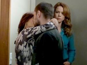 Cris vê Maria Clara e Vicente aos beijos no corredor  (Foto: Gshow)