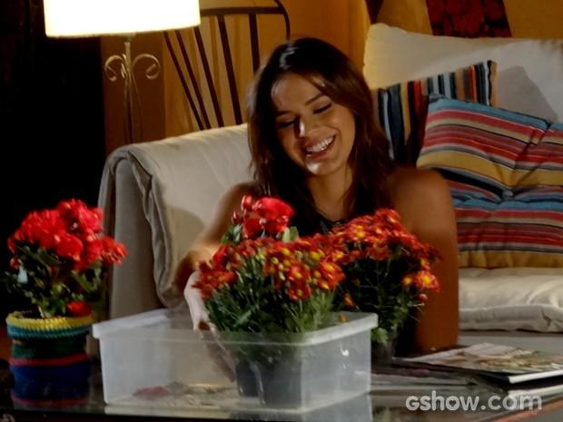 Luiza sonha acordada com primeira noite com Laerte (Foto: Em Família / TV Globo)