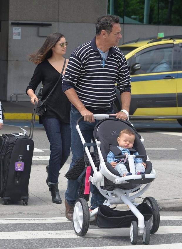 Sophie Charlotte desembarca com o filho, Otto, em aeroporto do Rio de Janeiro (Foto: William Oda/AgNews)