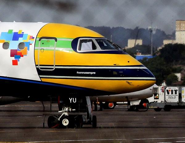 Avião pintado com as cores do capacete de Ayrton Senna marca a homenagem de  20 anos morte do piloto. (Foto: Carlos Eduardo de Quadros / Fotoarena)