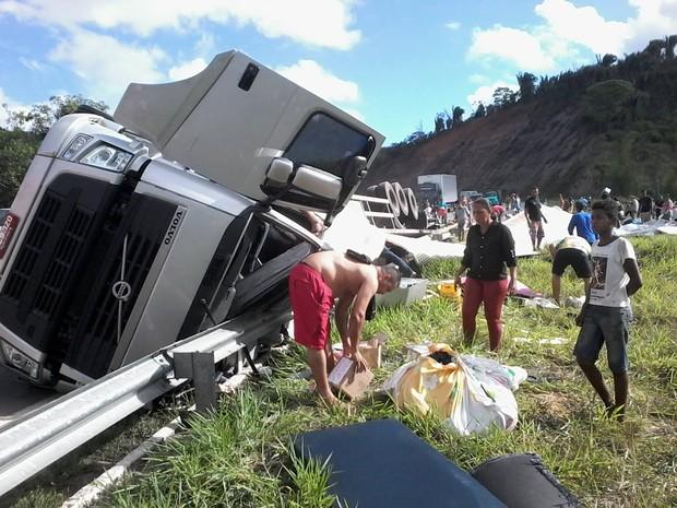 Quase toda a carga da fracionada que era levada na carreta foi saqueada por pessoas que passavam pelo local. (Foto: Cristiano Dias/Inter TV dos Vales)