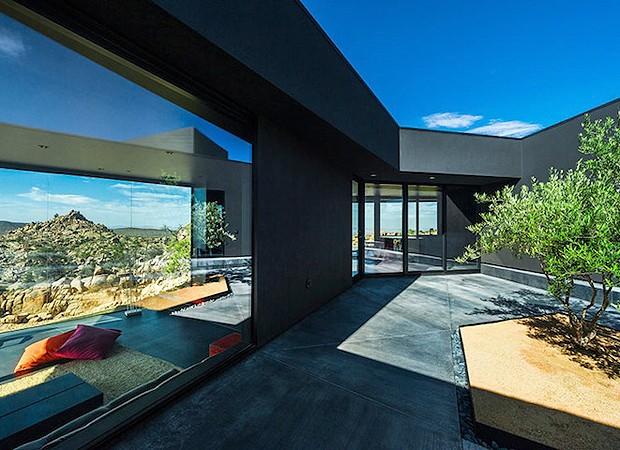 Casa conta com um jardim interno e é totalmente integrada com a natureza (Foto: Divulgação)