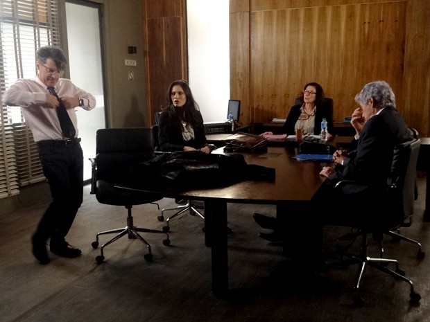 Téo faz escândalo na frente da Juíza (Foto: Paula Paiva/Gshow)