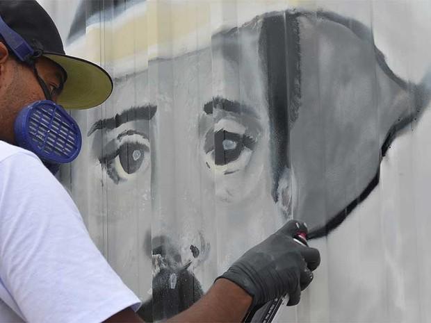 Vanderlei de Campos Ferreira homenageia Santos Dumont em Campinas (Foto: Lana Torres/G1Campinas)