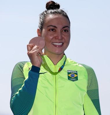 Poliana Okimoto exibe medalha de bronze conquistada na maratona aquatica (Foto: Satiro Sodré/SSPress)