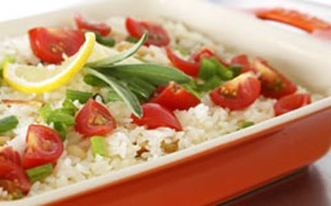 Arroz de limão-siciliano com amêndoas e tomate cereja