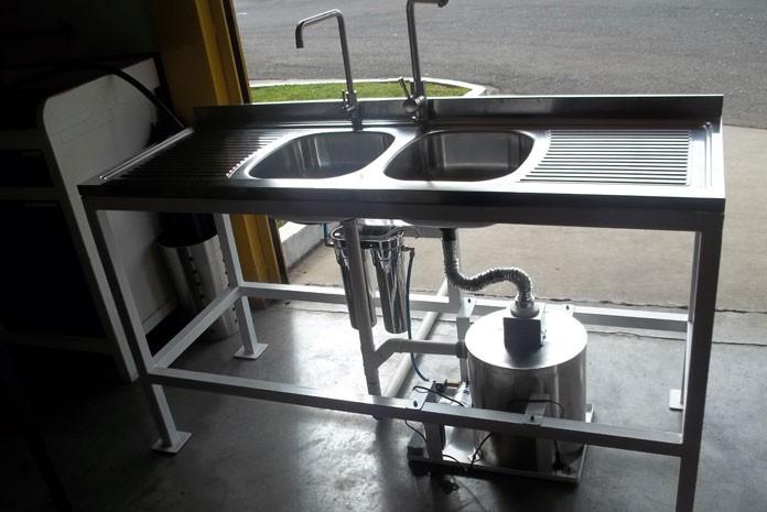 Protótipo de sistema que trata água de lavagem da louça e faz reúso em pia criado por designer de SP