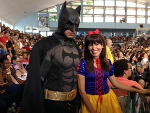 Já famoso em manifestações, 'Batman' também marcou presença na assembleia dos professores da rede municipal (Foto: Kathia Mello/G1)