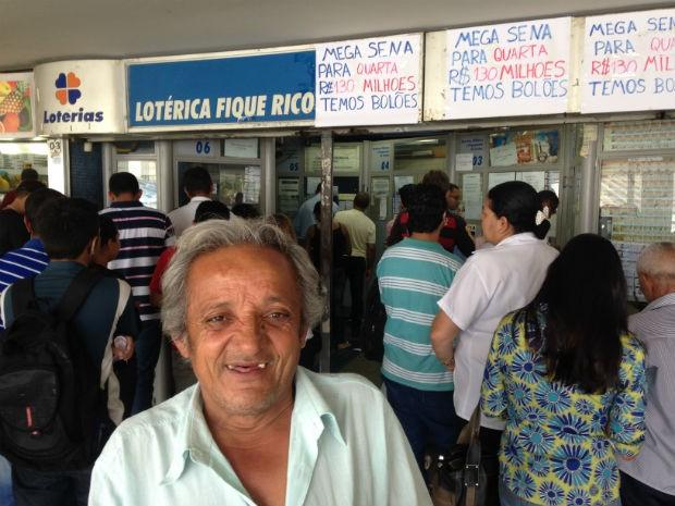 O aposentado Raimundo Alves joga em lotérica da rodoviária do Plano Piloto, no DF (Foto: Marianna Holanda/G1)