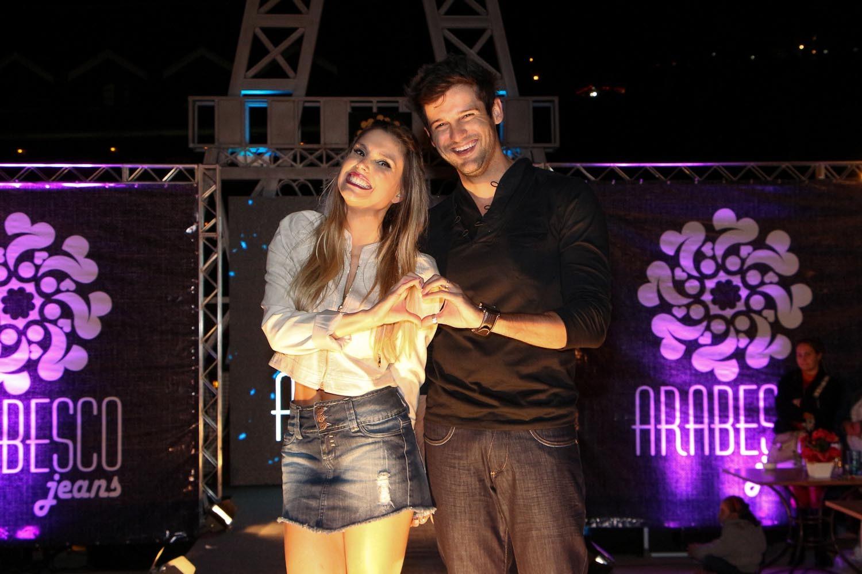 O casal na passarela (Foto: Danilo Carvalho e Thais Aline/ Ag. Fio Condutor)