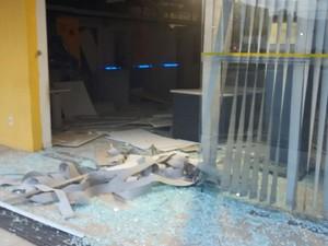Bandidos usaram dinamites para explodir os caixas (Foto: Divulgação/Polícia Militar)