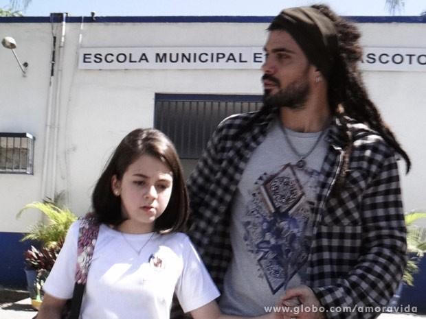 Ninho sequestra Paulina na saída da escola (Foto: Amor à Vida/ TV Globo)
