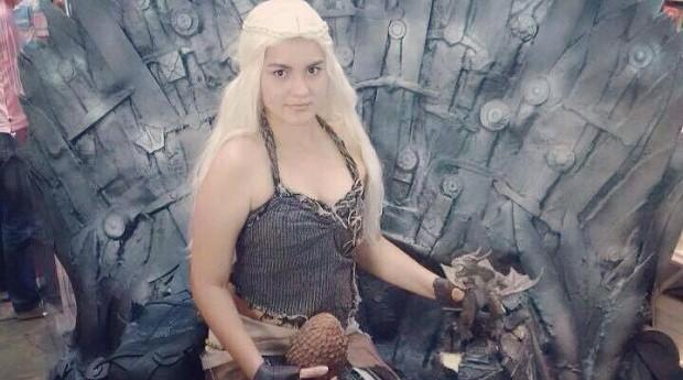 Andrezza fantasiada de Daenerys, personagem de Game Of Thrones (Foto: Reprodução/Facebook)
