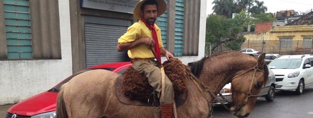 Noivo chegou a cavalo ao Fórum de Santana do Livramento, RS, para casamento coletivo (Foto: Estêvão Pires/G1)