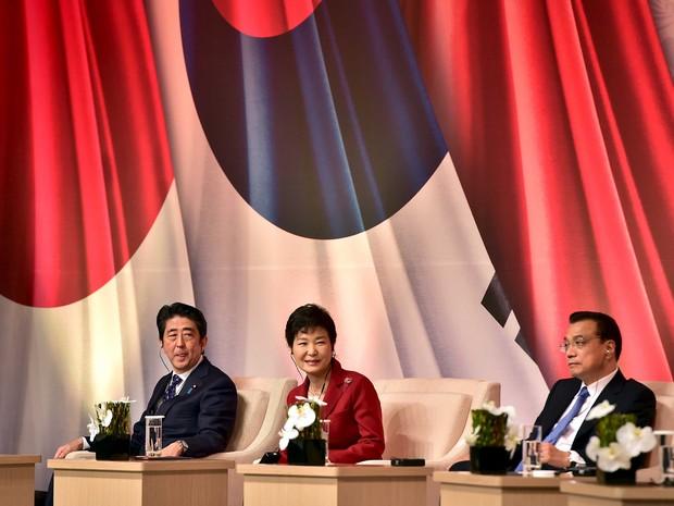 Líderes da Coreia do Sul, Japão e China durante reunião conjunta realizada neste domingo (1º) (Foto: Reuters)