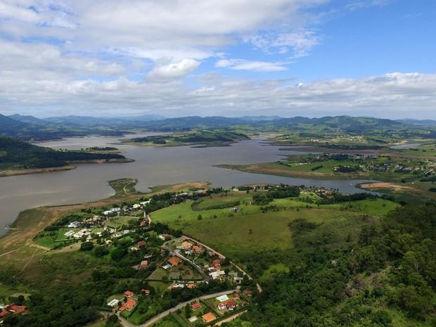Vista da represa Jaguari-Jacareí na cidade de Bragança Paulista, que integra o Sistema Cantareira de abastecimento de água, no interior paulista, no dia 21 de janeiro (Foto: Carlos Nardi/Estadão Conteúdo)