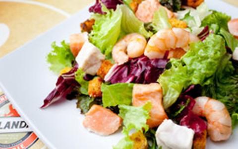 Salada de camarão, peixe branco e salmão com molho de gorgonzola
