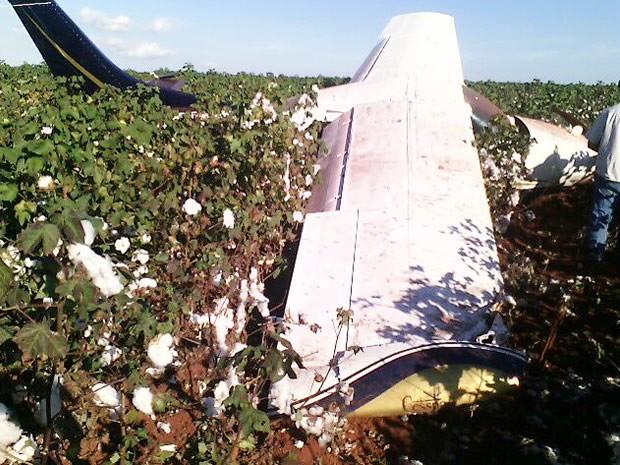 Polícia encontrou marcas de tiros e sangue no interior do avião que caiu. (Foto: PM/Divulgação)