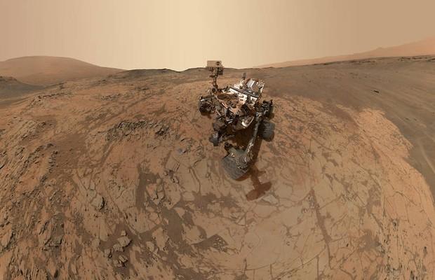A sonda Curiosity tira uma selfie enquanto trabalha no monte Sharp, em Marte. Ela encontrou evidências de água líquida no planeta, na cratera Gale (Foto: NASA)