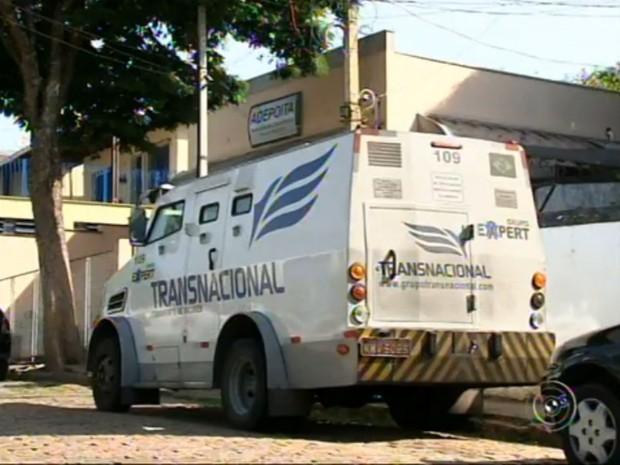 Carro-forte é alvo de criminosos em Itatiba (Foto: Reprodução/TV TEM)