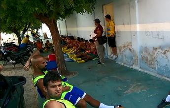"""Jogo atrasa 1h45 à espera de árbitro, que explica: """"Problema mecânico"""""""