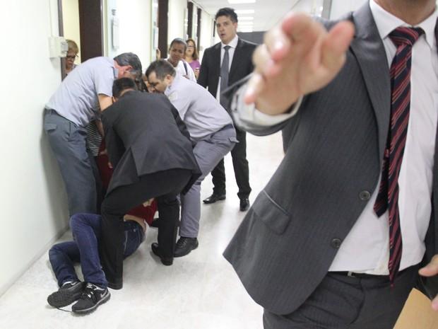 Professor é detido em tumulto antes do início de audiência pública na Alesp (Foto: Márcio Fernandes/Estadão Conteúdo)