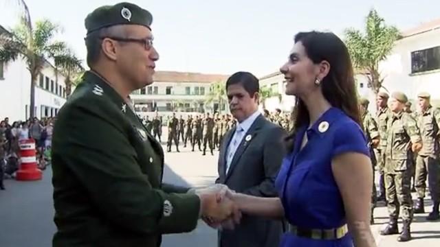 Tatyana Jorge recebendo os cumprimentos do Comandante Péricles (Foto: Reprodução / TV Tribuna)