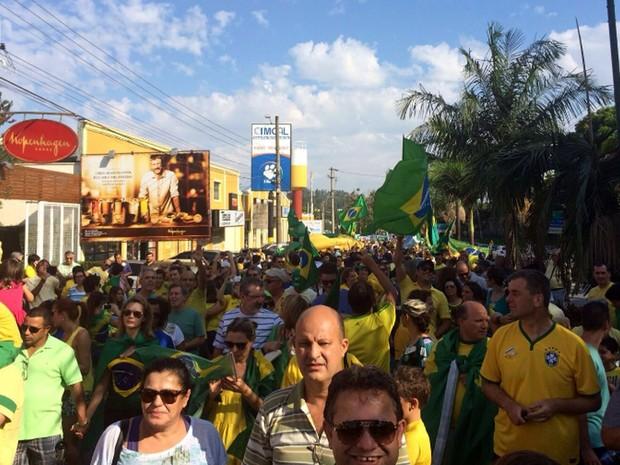 Manifestantes lotaram rua de Vinhedo em protesto contra o governo (Foto: Abilio Santos Júnior)