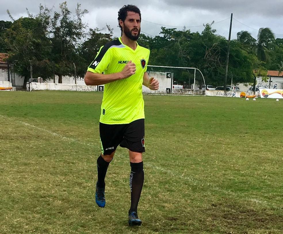 Após ser apresentado,  Jonas correu pelo gramado da Maravilha do Contorno (Foto: Nádya Araújo / Botafogo-PB)