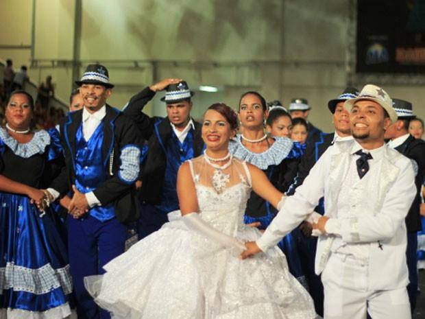 Grupo 'Na emenda show, de Paudalho, se inspirou nas noites de maio. (Foto: Mariana Frazão / Globo Nordeste)