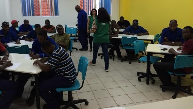 Haitianos que trabalham em empresa de Joinville têm aulas de português dentro da companhia (Foto: Cinthia Raash/RBS TV)