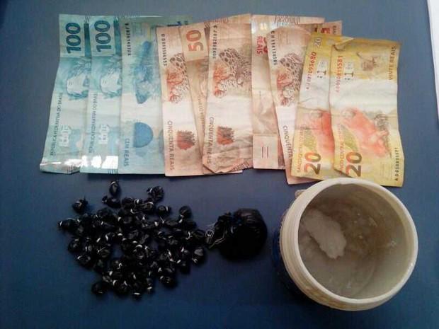 As drogas  foram encontradas com a mãe da adolescente (Foto: Divulgação/ Polícia Militar)