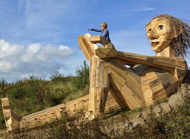 esculturas-gigantes-de-madeira-thomas-dambo-dinamarca-hill-top-trine (Foto: Reprodução/Thomas Dambo)