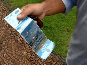 Motorista  exibe bilhete da Zona Azul em Campinas  (Foto: Reprodução EPTV)