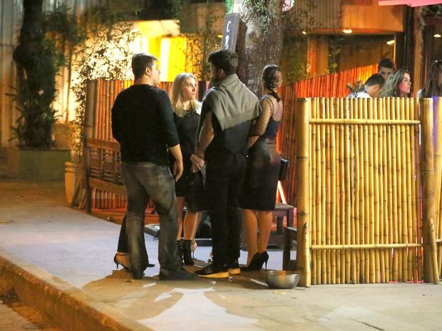 Juliana Paes e o marido, Carlos Eduardo Baptista, com amigos em restaurante na Zona Oeste do Rio (Foto: Ag. News)