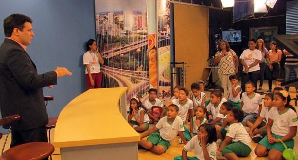Crianças aprendem sobre a história da primeira emissora de tv do Piauí (Foto: Katylenin França/TV Clube)