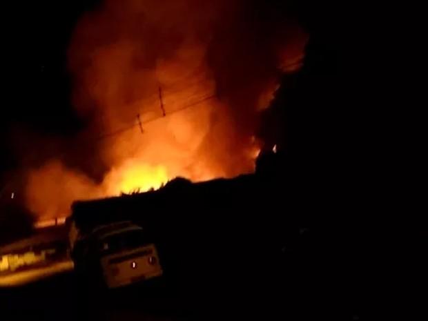 Incêndio atingiu fábrica de espuma em Jaboatão (Foto: Reprodução/TV Globo)