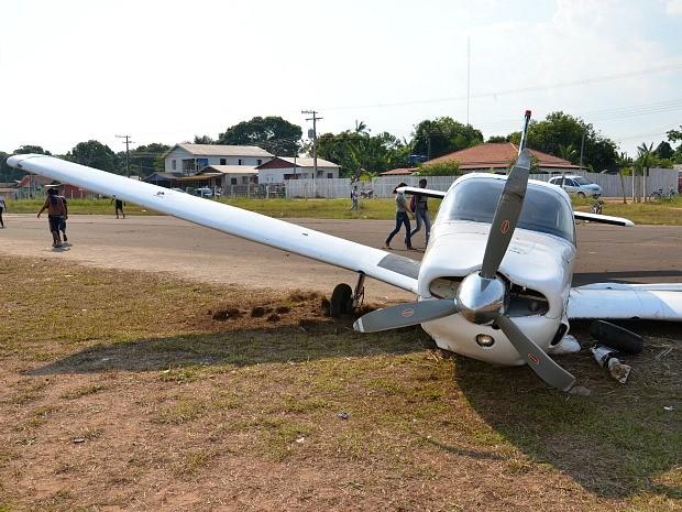 Avião foi danificado durante acidente, mas o piloto não ficou ferido (Foto: Luiz Carlos da Silva)