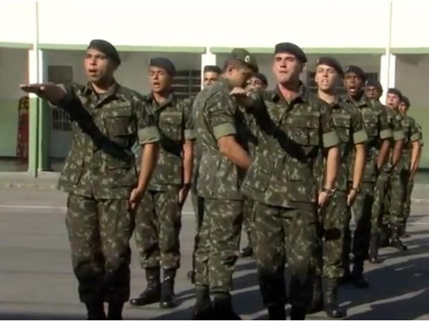 Soldados fizeram juramento (Foto: Reprodução/TV Tribuna)