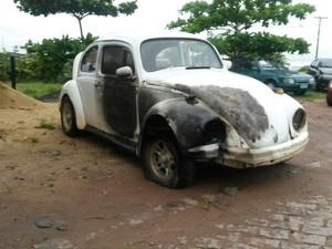 O carro invadiu o posto de combustíveis. (Foto: Cléber Rodrigues / InterTV Planície)