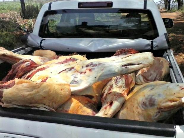 Mais de 1,3 tonelada de carne bovina foi apreendida em abatedouro clandestino (Foto: Divulgação/PMMT)