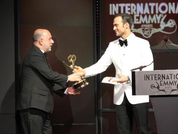 Claudio Torres recebe o pêmio de A Mulher Invisível das mãos do ator Cheyenne Jackson (Foto: Luiz Ribeiro/ TV Globo)