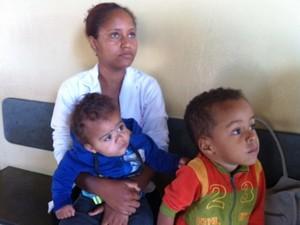 Rejane Dias conseguiu atendimento para os filhos no posto do São Judas (Foto: Michelly Oda / G1)