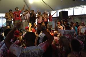 Com churrasco e bateria,  foliões celebram a conquista (Caetanno Freitas/G1)