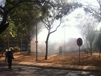 Bombeiros combatem incêndio em gerador de energia da quadra 307 Norte, em Brasília, na manhã desta terça-feira (28) (Foto: Willian de Farias/G1)